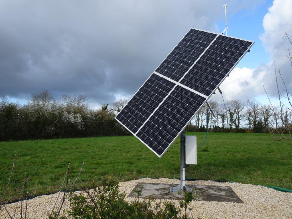 4 panneaux photovoltaïques positionnés sur un suiveur solaire 2 axes