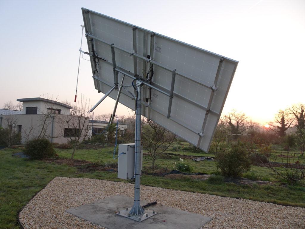 Mécanisme de vérins sur l'installation du panneau photovoltaïque avec suiveur solaire Tournesol. Pas d'ondes électromagnétique au dessus de vos lieux de vie.
