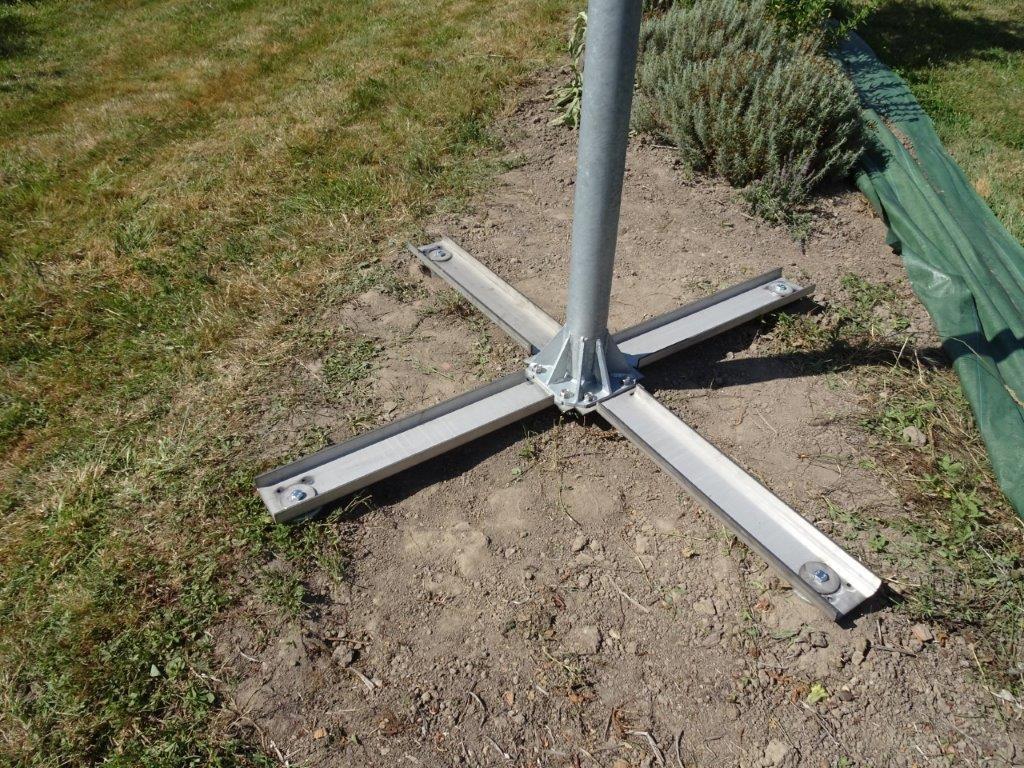 Croix inox maintenue par des vis pour installer un suiveur solaire 2 axes