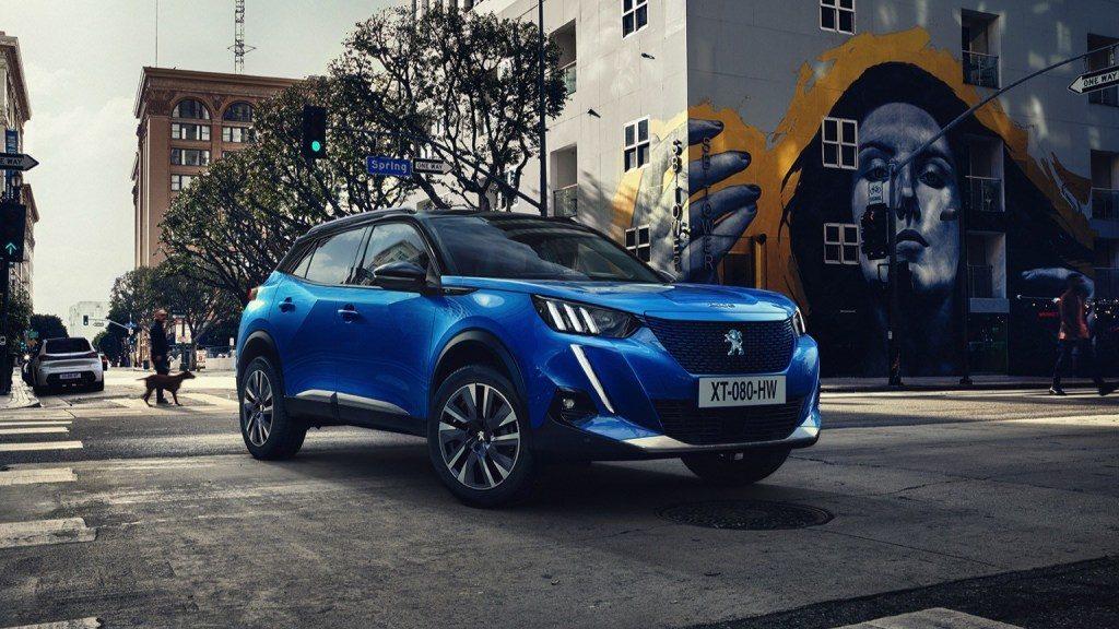 Nouveau modèle de voiture électrique chez Peugeot. Avec les mêmes éléments techniques que la Peugeot 2008, le Peugeot e-2008 se présente sous un SUV: 310 km d'autonomie, capacité de batterie de 50kWh, à partir de 38 000 €.
