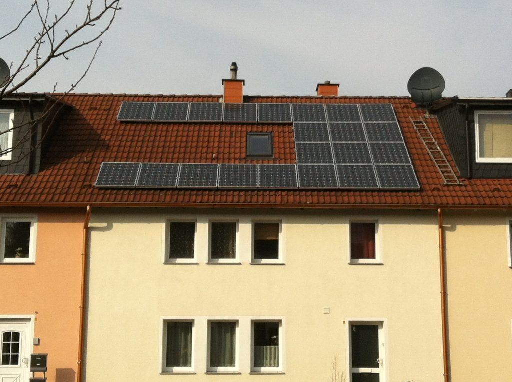 Panneaux photovoltaïques installés sur le toit d'une maison individuelle